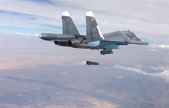Российский многофункциональный истребитель-бомбардировщик Су-34 во время нанесения авиационного удара в Сирии