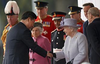 Председатель КНР Си Цзиньпин и британская королева Елизавета II