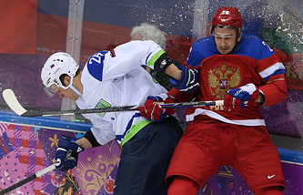 Игрок сборной России Вячеслав Войнов (справа)