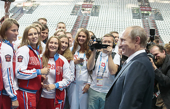 Владимир Путин во время встречи со сборной России по плаванию в Казани, 2015 год