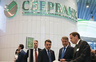 Председатель правления Сбербанка Герман Греф (второй справа)