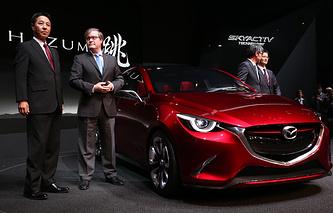 Президент и управляющий CEO Mazda Масамичи Когай и президент и главный управляющий Mazda Motor Europe Джеффри Гайтон (слева направо) перед открытием 84-го международного автосалона