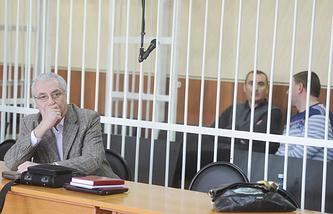 Александр Солодкин-старший (слева) и Александр Солодкин (слева на втором плане) во время судебного заседания в Новосибирском областном суде