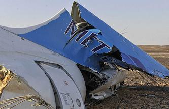 """Фрагмент фюзеляжа российского пассажирского самолета Airbus A321 авиакомпании """"Когалымавиа"""", потерпевшего крушение на севере Синайского полуострова утром 31 октября"""