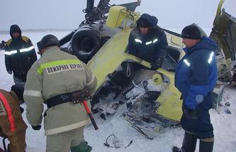 Сотрудники МЧС на месте падения вертолета Ми-8 с пассажирами на реке Енисей в Туруханском районе, 26 ноября