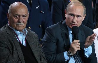 Сопредседатель Центрального штаба ОНФ, председатель комитета Госдумы РФ по культуре Станислав Говорухин и президент РФ Владимир Путин