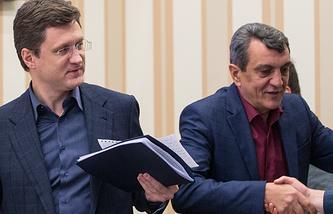 Министр энергетики РФ Александр Новак и губернатор Севастополя Сергея Меняйло перед началом совещания по вопросу энергообеспечения Крыма в период чрезвычайных ситуаций