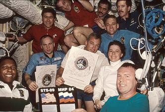 Летчик-космонавт Салижан Шарипов (слева в красном) с экипажем на борту станции, 1998 год