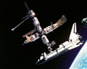 """Первая в истории стыковка американского корабля Atlantis со станцией """"Мир"""", 1995 год"""