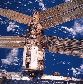 """Поврежденный модуль """"Спектр"""" после столкновения с грузовым кораблем """"Прогресс-М34"""", 1997 год"""