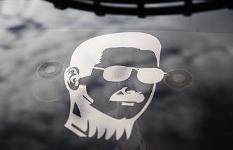 Изображение президента Сирии Башара Асада на стекле автомобиля