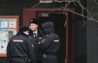 Сотрудники полиции у дома, где было совершено убийство
