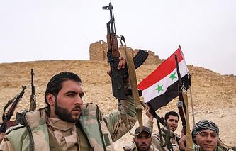 Бойцы сирийской армии у подножия замка Фахр ад-Дина