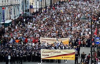 """Участники акции памяти """"Бессмертный полк"""" во время шествия в День Победы, Владивосток, 9 мая"""
