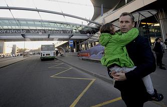 Павел Астахов с Кариной Ермаковой в аэропорту Шереметьево. Граждане России, живущие в Испании, были лишены родительских прав социальными службами страны проживания, 2013 год