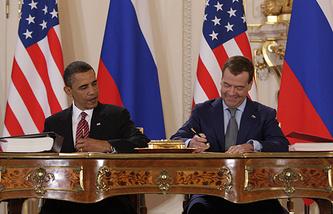 Президент США Барак Обама и президент России Дмитрий Медведев во время подписания договора по СНВ, 8 апреля 2010 года