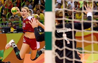 Гандболистка сборной России Владлена Бобровникова в атаке на ворота команды Норвегии