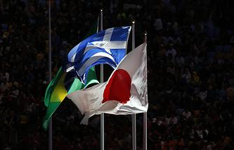 Флаги Бразилии, Греции и Японии на церемонии закрытия Олимпийских игр 2016 года