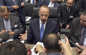 Министр энергетики, промышленности и минеральных ресурсов Саудовской Аравии Халед бен Абдель Азиз аль-Фалех (в центре)