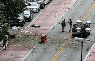 Следственные действия на месте взрыва на 23й улице между 6й и 7й авеню района Манхеттен после взрыва