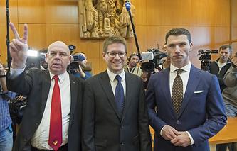 Управляющий делами парламентской фракции НДПГ Питер Маркс, адвокат Питер Рихтер и председатель НДПГ Франк Франц (слева направо) в Федеральном конституционном суде, Карлсруэ, 17 января