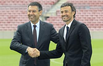 """Президент клуба Хосеп Мария Бартомеу (слева) на презентации Луиса Энрике в качестве нового главного тренера """"Барселоны"""" в мае 2014 года"""