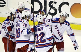 """Хоккеисты """"Нью-Йорк Рейнджерс"""" поздравляют Павла Бучневича (справа) с заброшенной шайбой"""