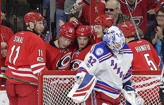 """Хоккеисты """"Каролины"""" поздравляют Валентина Зыкова (второй слева) с дебютным голом в НХЛ"""