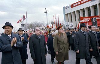 Генеральный секретарь ЦК КПСС Леонид Брежнев в аэропорту Ташкента, 22 марта 1982 года