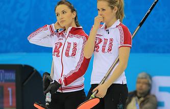 Игроки женской сборной России по керлингу Анна Сидорова и Маргарита Фомина (слева направо)