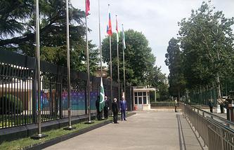 Торжественная церемония поднятия государственных флагов Индии и Пакистана у штаб-квартиры ШОС в Пекине