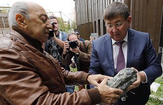 Георгий Франгулян (слева) во время передачи природных камней из регионов России, чья история связана с репрессиями ХХ века