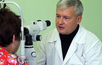 Доктор медицинских наук, профессор, руководитель глазной клиники НОКБ им. Семашко Игорь Сметанкин во время приема пациентки