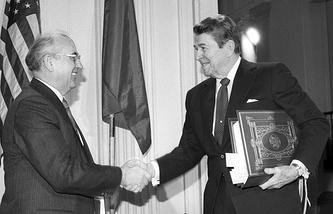 Президент США Рональд Рейган и генеральный секретарь ЦК КПСС Михаил Горбачев после подписания Договора о ликвидации ракет средней и меньшей дальности, 1987 год
