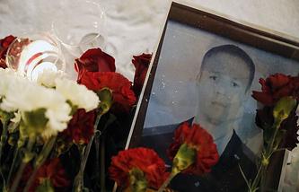 Цветы в память о погибшем в Сирии российском летчике Романе Филиппове у здания Минобороны РФ