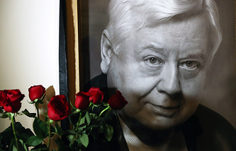 Портрет Олега Табакова у здания МХТ им. А.П. Чехова