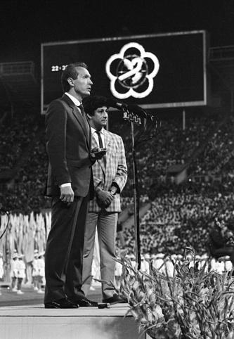 С секретарем-координатором постоянной комиссии Международного подготовительного комитета Жан-Клодом Кеннеди на церемонии закрытия XII Всемирного фестиваля молодежи и студентов, 1985 год