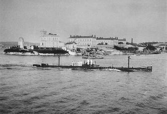 Подводная лодка «Камбала» заходит в Южную бухту Севастополя, 1908-1909 год