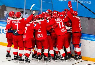 Российские хоккеисты празднуют победу в финале Универсиады