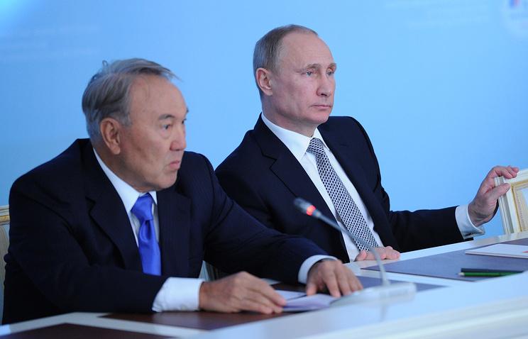(L-R) Kazakhstan's President Nursultan Nazarbayev and Russian President Vladimir Putin