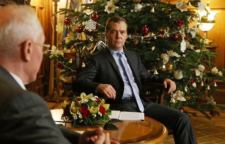 Ukraine's Prime Minister Nikolai Azarov and Russia's Prime Minister Dmitry Medvedev