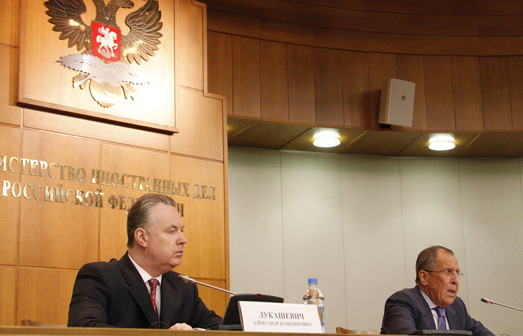 Russia's foreign ministry spokesman Alexander Lukashevich (L) and minister of foreign affairs Sergei Lavrov