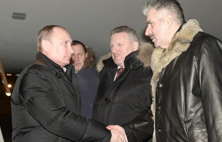 Vladimir Putin and Khabarovsk Territory Governor Vyacheslav Shport (center)