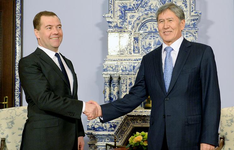 Russia's prime minister Dmitry Medvedev (L) and Kyrgyzstan's president Almazbek Atambayev