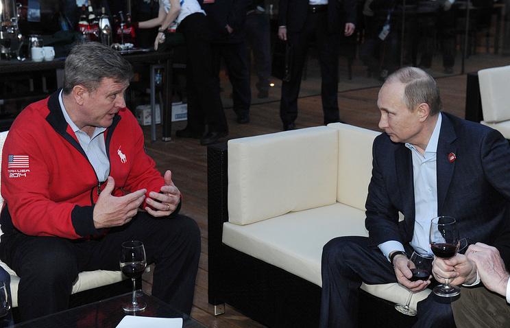Vladimir Putin (R) talking to US Olympic Committee CEO Scott Blackmun