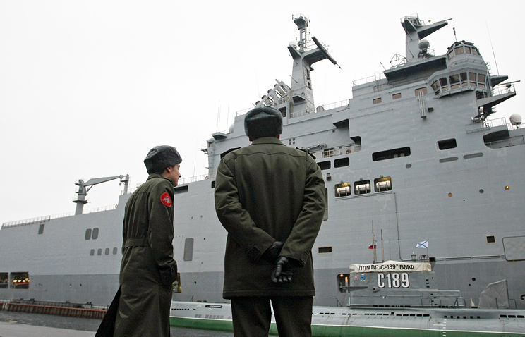 Russian servicemen admiring a Mistral-type helicopter carrier (archive)