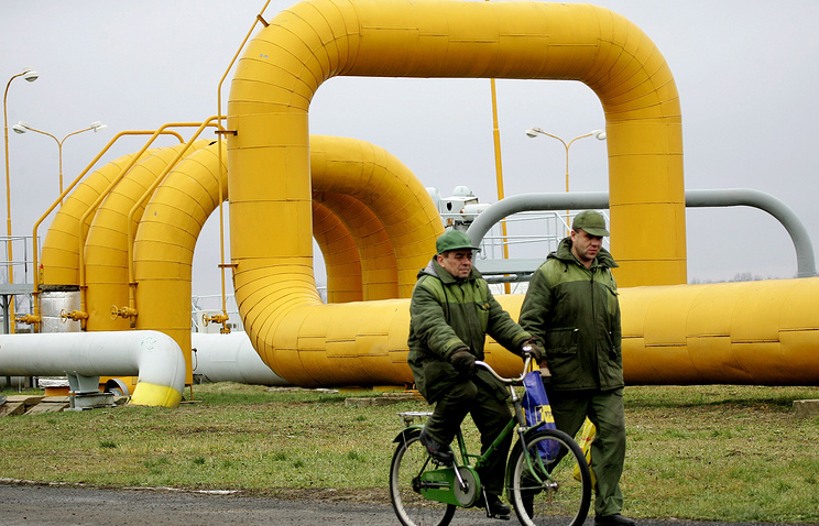 Workers of Slovak Gas Industry pass gas pipelines in the eastern Slovak town of Velke Kapusan (archive)