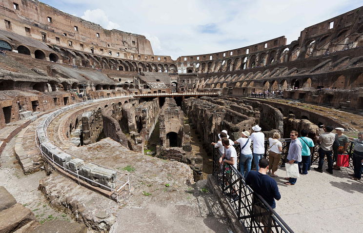 Tourists at the Coliseum in Rome (archive)