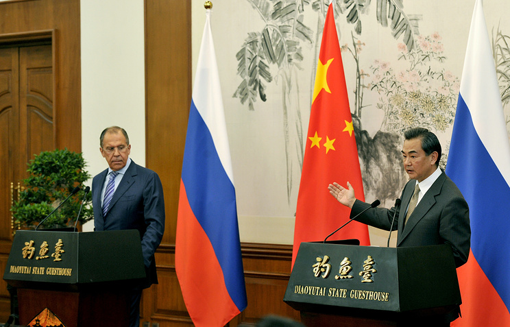 Russian Foreign Minister Sergei Lavrov (L) and Chinese Foreign Minister Wang Yi
