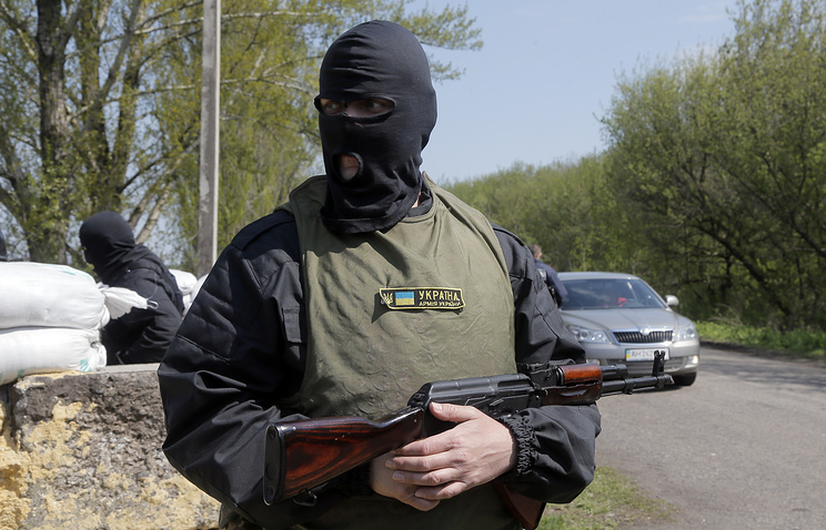 Armed pro-Ukrainian avtivist controls a road on the outskirts of Donetsk, Ukraine, Apr. 24 2014